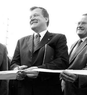 Krzysztof Raj przecina wstęgę. Z prawej Stefan Bekir-Assenowicz, prezes firmy Budimex-Dromex.