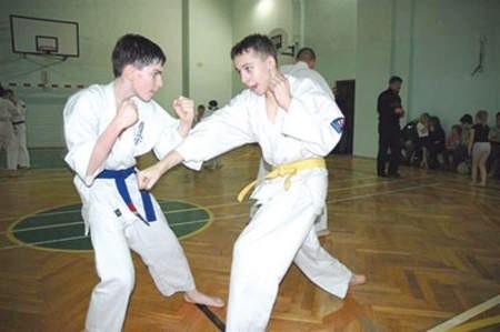 Podczas zajęć Zimowej Akademii Karate uczestnicy ćwiczyli  pod okiem instruktorów techniki uderzeń.