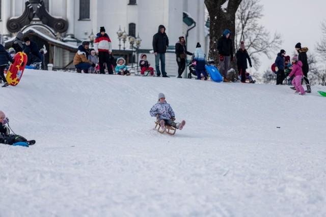 Zimowe zabawy na śniegu na górce koło Parafii Zmartwychwstania Pańskiego w Białymstoku.