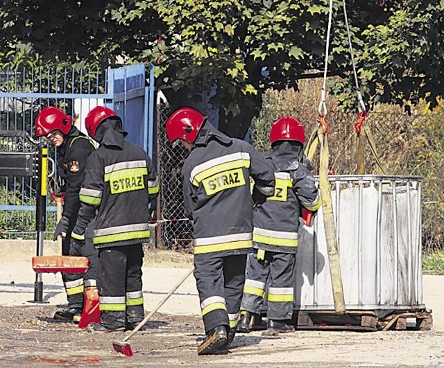 Strażacy ręcznie neutralizowali substancje niebezpieczną dla kierowców
