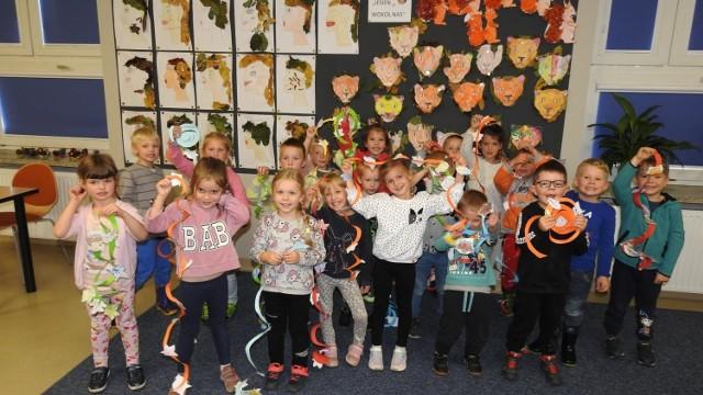 """W środę staszowską bibliotekę odwiedziły dzieci z Przedszkola numer 8 w Staszowie.  Grupa """"Smerfów"""" wzięła udział w zajęciach poświęconych jesieni. Dzieci śledziły wędrówki ptaków, opadanie liści i przygotowania zwierząt do zimy. Było bardzo ciekawie, a młodzi przyjaciele przyrody wykonali jesienne kręciołki , które oczarowały bogactwem jesiennych barw.  Na kolejnych slajdach zobaczycie, co działo się w staszowskiej bibliotece>>>"""