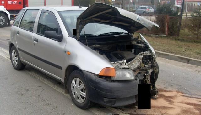 Fiat punto poważnie ucierpiał po piątkowej kolizji na skrzyżowaniu ulic Grotta i Parkowej w Busku-Zdroju.