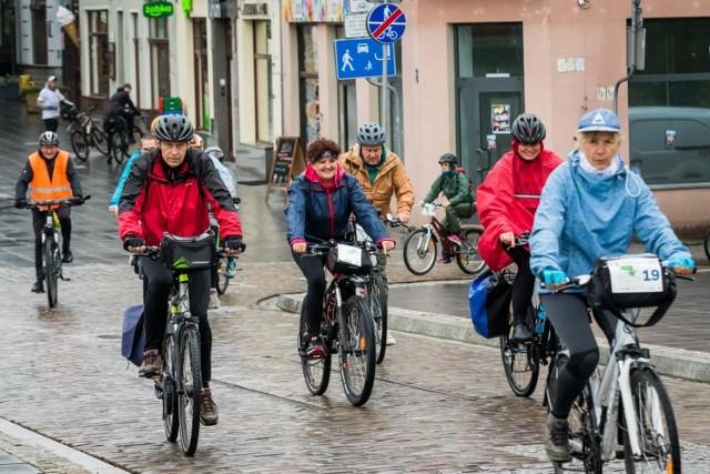 """Ostatni rajd w ramach Rowerowej Stolicy Polski miał być wspomnieniem lata, ale przypomniała o sobie pochmurna jesień. Prawdziwym miłośnikom dwóch kółek deszcz jednak humorów nie popsuł. Wyruszono w trasę w dwóch """"falach"""". Po dotarciu na plażę w Borównie na cyklistów czekała gorąca grochówka. Wspólny rowerowy przejazd za miasto organizowany był przez Rowerową Brzozę.  Przypominamy, że to ostatnie dni wrześniowej rywalizacji o Puchar Rowerowej Stolicy Polski, ale także o pamiątkowy puchar i tytuł Najbardziej Rowerowej Gminy. Jak podaje Aktywna Bydgoszcz, na razie na prowadzeniu jest Osielsko, na drugiej pozycji Białe Błota, a tuż za nimi Solec Kujawski.   Z kolei w rankingu miast Bydgoszcz (Metropolia Bydgoszcz) zajmuje 9. miejsce, mając na liczniku 1149 pkt., co się rzecz jasna zmieni choćby po niedzielnym rajdzie. Liderem, podobnie jak w zeszłym roku, jest Nowa Sól (8309 pkt.), od której dzieli przepaść punktowa, bo plasująca się na 2. miejscu Biała Podlaska ma """"tylko"""" 3709 pkt."""