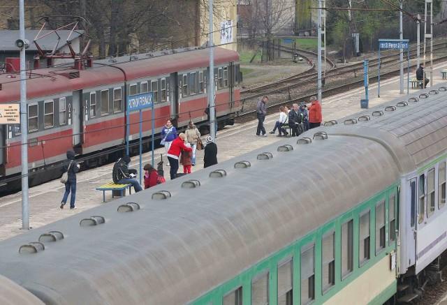 Podróżni przez kilkadziesiąt minut czekali na opóźnione pociągi