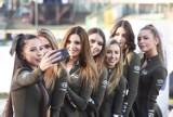 Styl, klasa, wdzięk. Oto piękne dziewczyny z Bis Taxi Falubaz Girls podczas żużlowych derbów lubuskich - zobaczcie zdjęcia