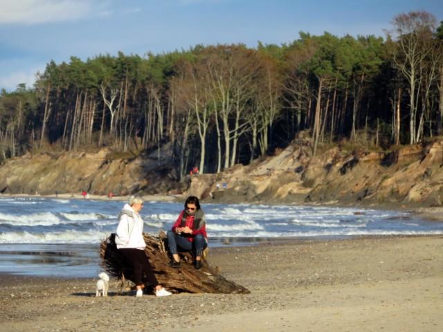 Niedzielna, piękna pogoda w Ustce zachęcała mieszkańców i turystów do spacerów. Szczególnie pięknie było na plaży, gdzie jesienne słonce ukazało majestat nadmorskiego krajobrazu. Zobaczcie zdjęcia!
