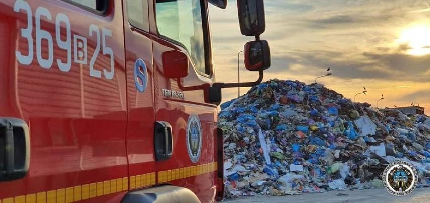 Czartoria. Strażacy walczą z ogniem na wysypisku śmieci [zdjęcia]