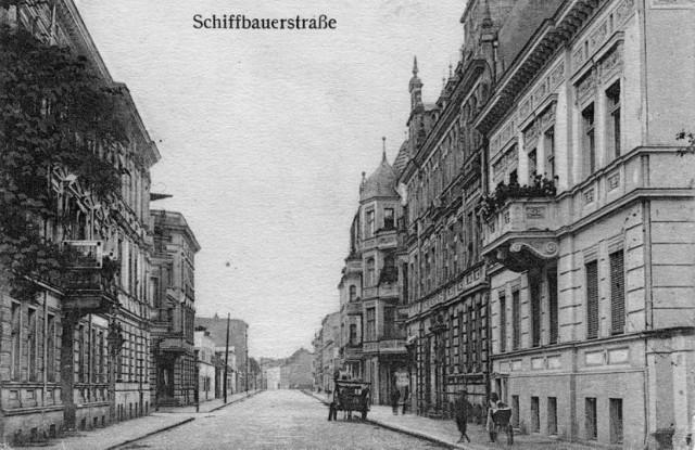 Widok wzdłuż ulicy Szkutników (obecnie Wodna) od miasta w kierunku skrzyżowania z ulicą Warnicką (obecnie Wyszyńskiego). Pierwszy budynek od prawej istnieje obecnie (Wodna 16). Pierwszy budynek od lewej stał do niedawna.