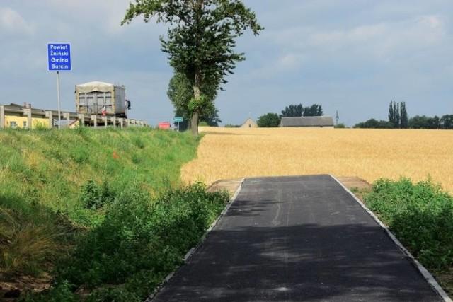W lipcu ubiegłego roku w sąsiedniej gminie Pakość otwarto półtorakilometrowy odcinek ścieżki rowerowej z Pakości do Aleksandrowa. Ścieżka kończy się w polu