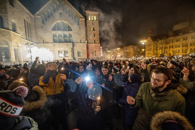 """""""Światełko do nieba"""", jak co roku, rozpoczęło się o godz. 20. Poznaniacy zgromadzeni pod sceną przed CK Zamek otrzymali zimne ognie, które odpalili w czasie pokazu."""