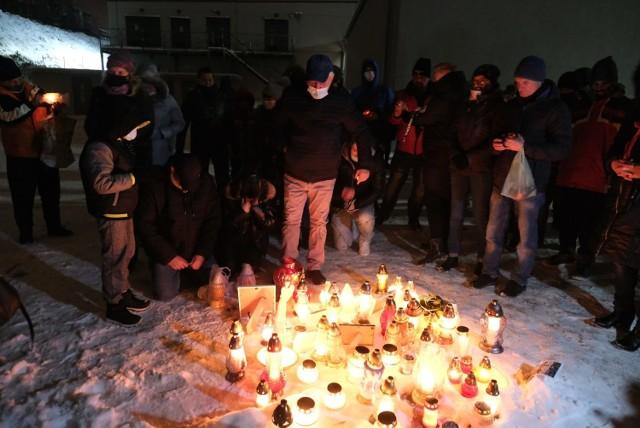 W Piekarach Śląskich odbył się spacer przeciw przemocy. Ludzie żegnali zamordowaną 13-letnią Patrycję z Bytomia.   Zobacz kolejne zdjęcia. Przesuwaj zdjęcia w prawo - naciśnij strzałkę lub przycisk NASTĘPNE