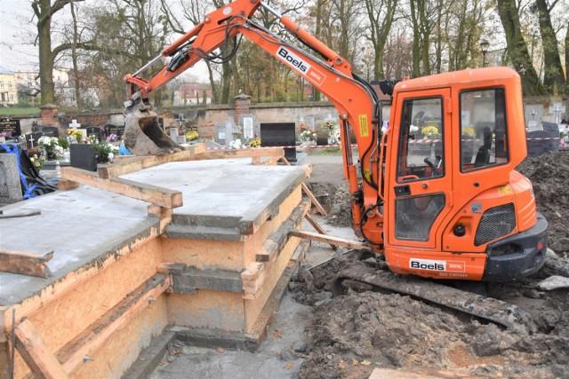 Trwa budowa nowego pomnika na cmentarzu w Szubinie. Prace mają się zakończyć do 20 grudnia br.