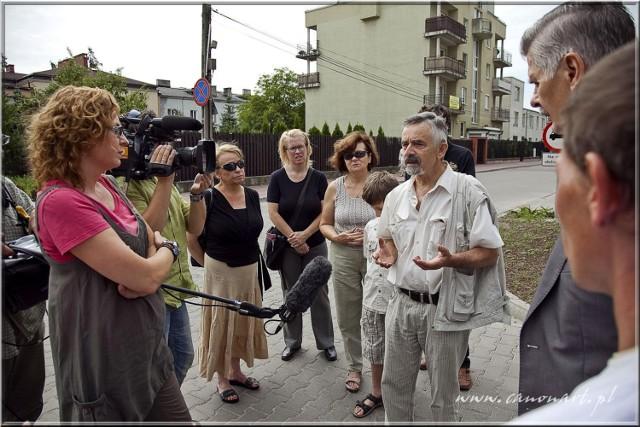 Ekipa Interwencji rozmawia z sąsiadem, pomagającym Januszowi i Basi.