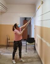 Pracownicy Warsztatu Terapii Zajęciowej w Rejowcu Fabrycznym  sami  odnawiają pomieszczenia