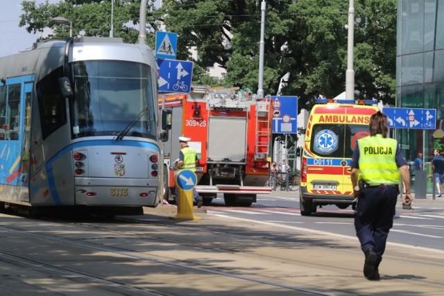 16.07.2021. Kobieta wpadła pod tramwaj w centrum Wrocławia. Wstrzymano ruch tramwajów