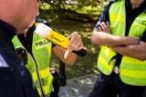 Pijany kierowca zajechał przed szkołę, inny miał problem z wydostaniem samochodu z pasa zieleni. Policja w Lesznie przestrzega