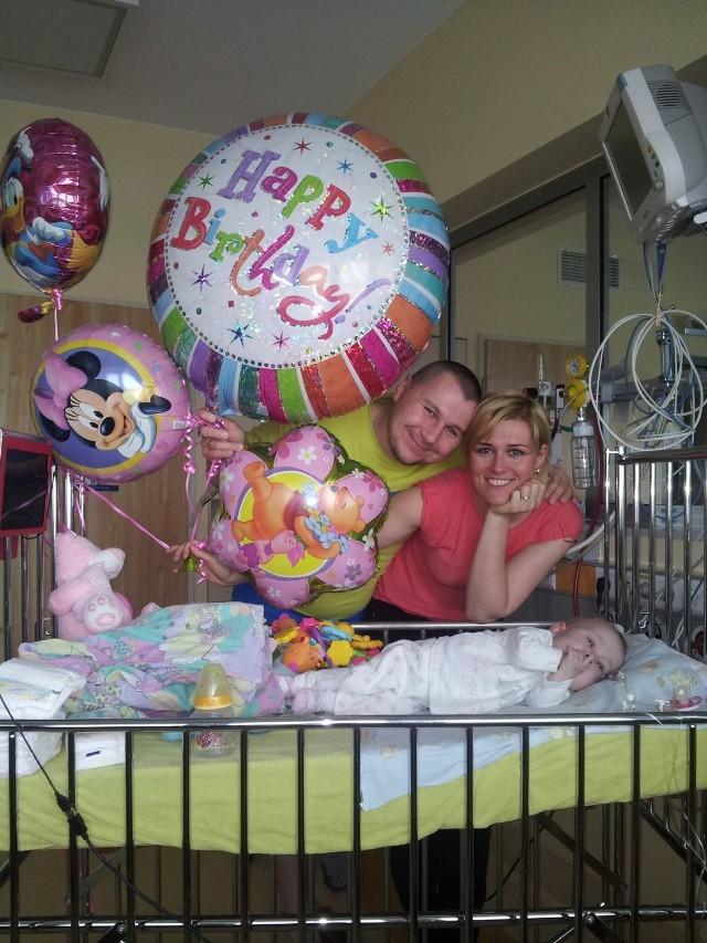 Ewelina i Damian Piechoccy wraz z Tosią, która musiała spędzić swoje pierwsze urodziny w szpitalu w Warszawie. Jak jej pomóc? Warto pojawić się na pikniku, który odbędzie się 28.05 w Strudze.