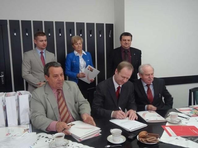 Przekazanie programów IRONCAD:  od lewej: Andrzej Spychalski, Marek Szczepański, Tadeusz Rak, stoją: Maciej Dukat, Grażyna Borkowska, Sławomir Sobczyk