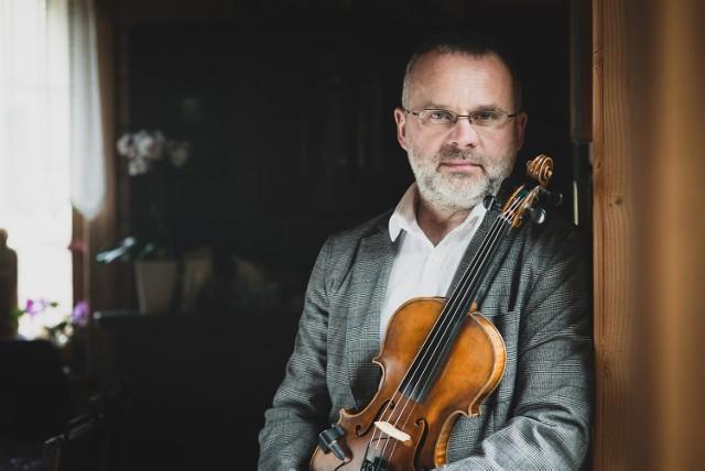 Tomek Kamiński tworzy muzykę z przesłaniem. Oprócz niego na scenie opery kolędy zaśpiewają bliscy chorych dzieci