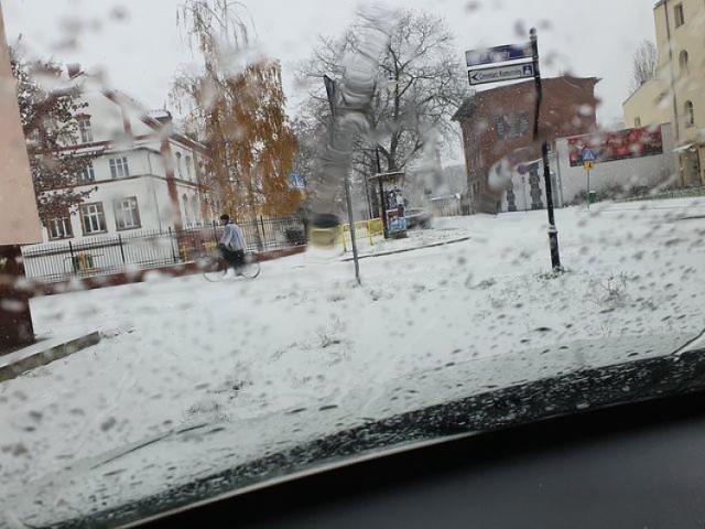 Na rowerze w śniegu ciężko jechać, ale może być szybciej niż samochodem.