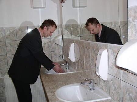 Krzysztof Gradowski, kierownik Ośrodka Kultury w Czersku w odnowionych toaletach.