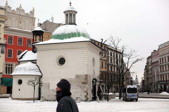 """Krakowskie kościoły - podobnie jak np. rozmaite atrakcje, restauracje czy gabinety lekarskie - są również oceniane w Googlach. Znajdziemy tam opinie na ich temat i """"przyznane"""" gwiazdki. Są tu opisy zabytkowych, wartych zwiedzenia świątyń, ich architektury, wystroju, ale też opinie dotyczące tego, czy w danym kościele można wysłuchać dobrych kazań. Z recenzji w wyszukiwarce Google dowiemy się, jakie szczególne nabożeństwa odprawiane są w opisywanym kościele albo czy jest on miejscem, które wyjątkowo sprzyja modlitwie w ciszy i spokoju. Przyjrzeliśmy się tym opiniom i wyłoniliśmy 20 krakowskich kościołów - spośród tych, które mają najwięcej (4,5 i więcej) gwiazdek, jak też najwięcej wystawionych ocen. Prezentujemy je w naszej galerii, z wybranymi opiniami."""