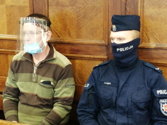 Na rok więzienia został skazany 55-letni Adam K., który był zarażony wirusem covid – 19, a mimo to uciekł ze szpitala zakaźnego w Zgierzu, przez co spowodował zagrożenie dla życia i zdrowia wielu osób. To pierwszy taki wyrok w Polsce.   CZYTAJ DALEJ NA NASTĘPNYM SLAJDZIE