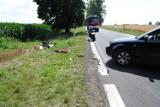 Groźny wypadek w gminie Zadzim. Poważnie ranny motocyklista w zderzeniu z autem