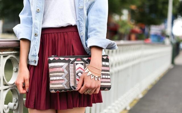 Krótkie plisowane spódnice najlepiej prezentują się na szczupłych, filigranowych dziewczynach.