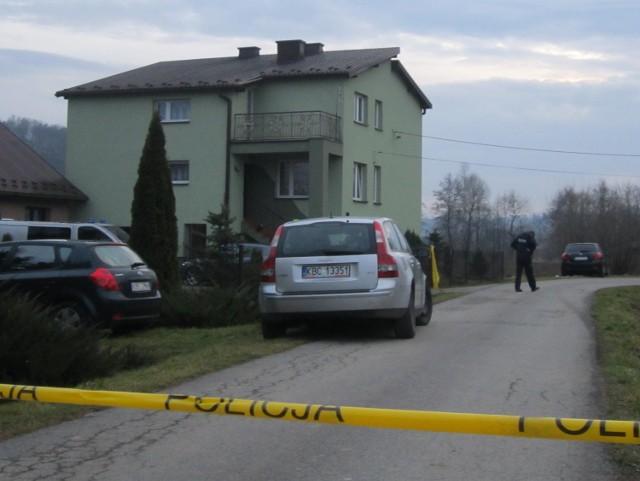 W tym domu, ładnym i zadbanym, doszło do makabrycznej zbrodni.  Co  spowodowało, że 23-letni Marcin S. rzucił się z kuchennym nożem na swoją matkę i babcię, wyjaśnia policja z prokuraturą