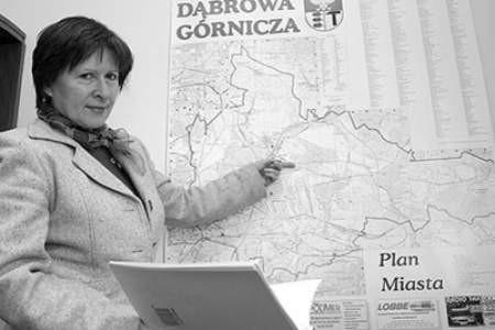 Naczelnik Barbara Lubacz pokazuje, gdzie przebiegały sfery ochronne. Olgierd Górny