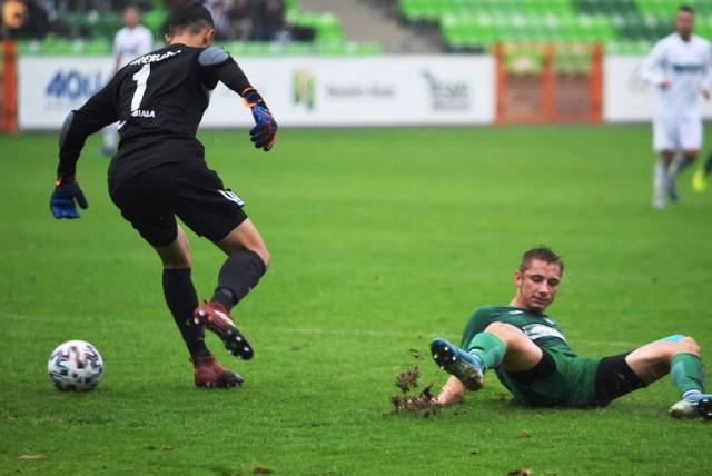 Po raz pierwszy w historii Rekordu Bielsko-Biała oba zespoły tego klubu zagrały przeciw sobie w oficjalnym meczu. W Pucharze Polski trzecioligowy Rekord okazał się lepszy od występującego w okręgówce drugiego zespołu 5:1.   Przesuwaj gestem lub za pomocą strzałki, by zobaczyć kolejne zdjęcie