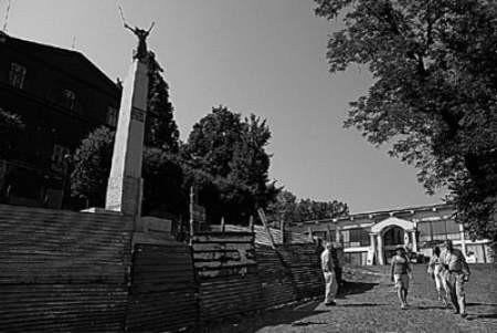Pomnik Legionistów od miesięcy stoi niedokończony, a wejście na Wzgórze Zamkowe szpeci ohydny, walący się płot z blachy falistej.