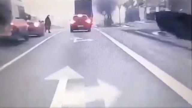 Starsza kobieta przechodząca przez zakopiankę. Do tragedii niewiele brakowało