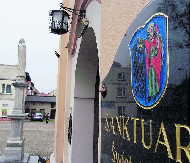 Historyczny herb widnieje na ścianie kościoła w Strumieniu