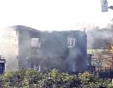 Mysłowice: Pożar domu. Dwie osoby są ciężko ranne. Strażacy musieli wynieść małżonków z domu, ogień objął dach i piętro