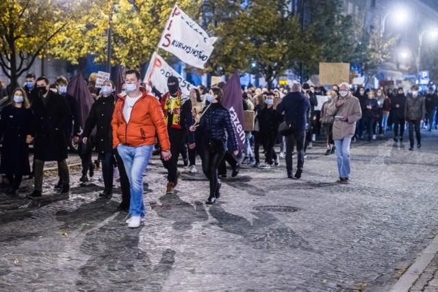 Protesty przeciwko zaostrzeniu prawa aborcyjnego trwają w całym regionie. W Białymstoku o godz. 16 zostanie zablokowane największe rondo.