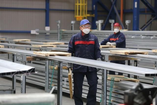 Alstom wyróżniony certyfikatem Top Employer 2021 w Polsce. Na zdjęciach widać chorzowski zakład