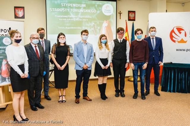 Starosta toruński nagradza najlepszych uczniów z powiatu i ze szkół, dla których powiat jest organem prowadzącym