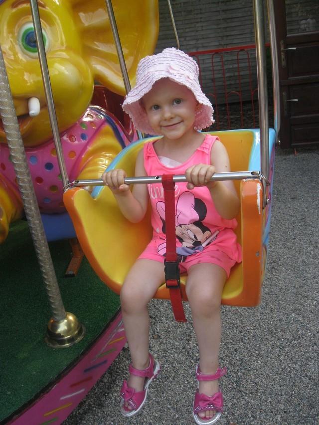Jeszcze dwa tygodnie temu, podczas przerwy w leczeniu, Dorotka razem z rodzicami spędzała czas na zabawie. Teraz leży bardzo słaba w szpitalu, niemal ciągle jest podłączona do kroplówki