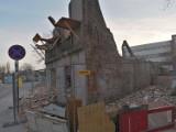 Łódź: o krok od tragedii. Z wyburzanej kamienicy przy ul. Żeligowskiego odpada duży fragment muru, kilka metrów dalej idzie człowiek FILM