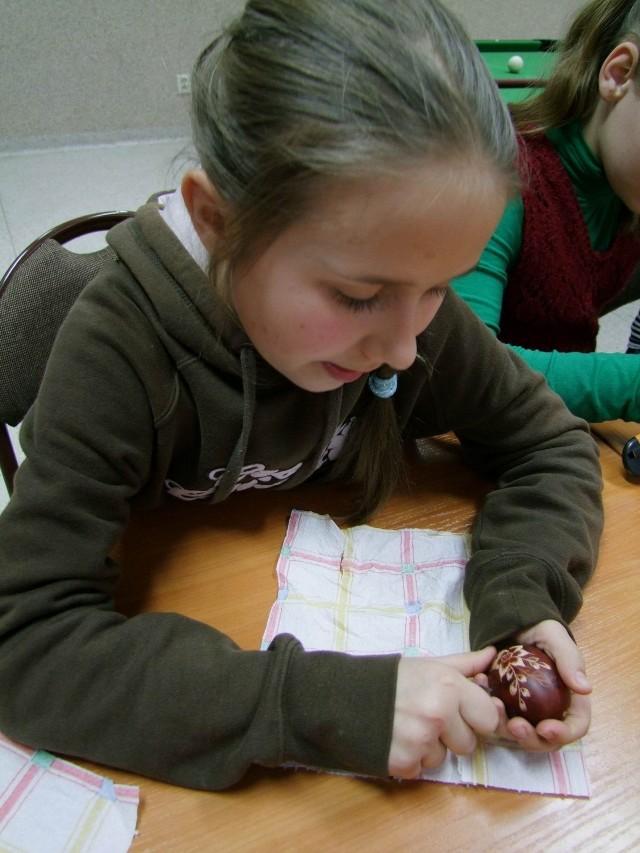 Młodzi ludzie przez kilka tygodni  uczyli się zdobić  wielkanocne pisanki