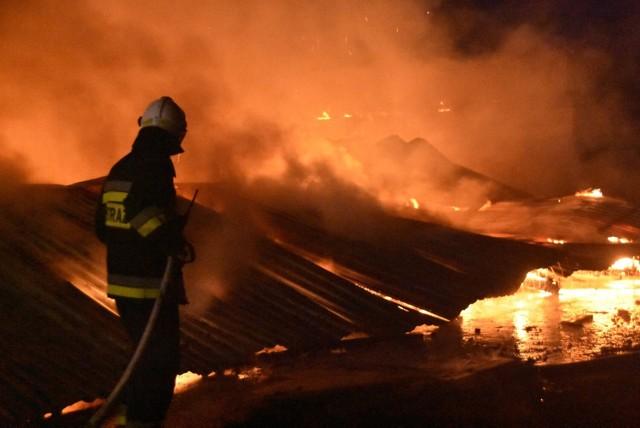 W Sępólnie Krajeńskim paliła się hala produkcyjna stolarni przy ul. Kościuszki