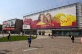 Olbrzymie reklamy na placu Jana Nowaka-Jeziorańskiego kłują w oczy krakowian [zdjęcia]