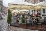 Weselnicy się bawią, a lokale muszą sprzątać. Problem na Starym Rynku w Poznaniu