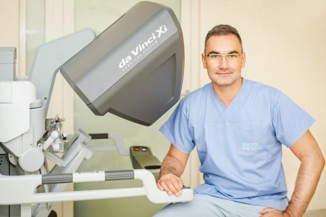 Dr. n. med. Paweł Wisz – urolog, jeden z najlepszych w Europie specjalistów z zakresu urologii robotycznej. Posiada wieloletnie doświadczenie w zakresie leczenia raka prostaty, w tym zabiegów wykonywanych z użyciem robota da Vinci. Doświadczenia zdobywał między innymi w Klinice Urologii w Leverkusen w Niemczech (od 2007) - jednej z pionierskich placówek we wprowadzaniu robota da Vinci do standardu chirurgicznego, która jako pierwsza w Niemczech została certyfikowanym oddziałem leczenia chorób prostaty (Prostatazentrum).  Doktor Paweł Wisz pracował w największym centrum robotyki w Europie, jak również jest jednym z siedmiu urologów na świecie, którzy odbyli pełne, certyfikowane szkolenie u boku światowego lidera tej dziedziny prof. Alexandre Mottrie. Dr Paweł Wisz jest jedynym polskim międzynarodowym trenerem w chirurgii robotycznej w ośrodku ORSI ACADEMY, największym w Europie centrum szkoleniowym w chirurgii robotycznej oraz jako pierwszy Polak pełni prestiżową funkcję Członka Zarządu Europejskiego Robotycznego Towarzystwa Urologicznego (ERUS), w którym odpowiada za programy szkolenia i kształcenie kadry medycznej w zakresie chirurgii robotycznej. Doktor jest również pierwszym w Polsce chirurgiem, który uzyskał status Proktora, czyli Mentora uprawnionego do kształcenia kadry w zakresie metod robotycznych.