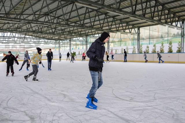 Baseny i lodowiska w Tarnowie znów otworzą się w piątek. To już ostatnie przygotowania do rozruchu. Na zdjęciu lodowisko przy ul. Wojska Polskiego