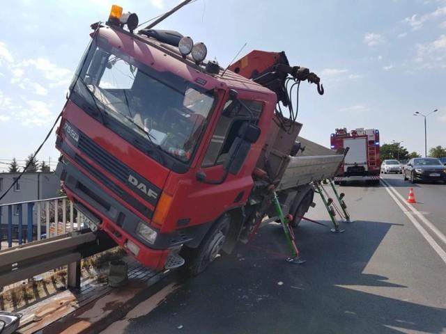 Przed godz. 11 na ul. Polnej w Swarzędzu kierowca ciężarówki staranował słup energetyczny i zatrzymał się na barierkach. Zabrakło naprawdę niewiele, by samochód ciężarowy spadł z wiaduktu.