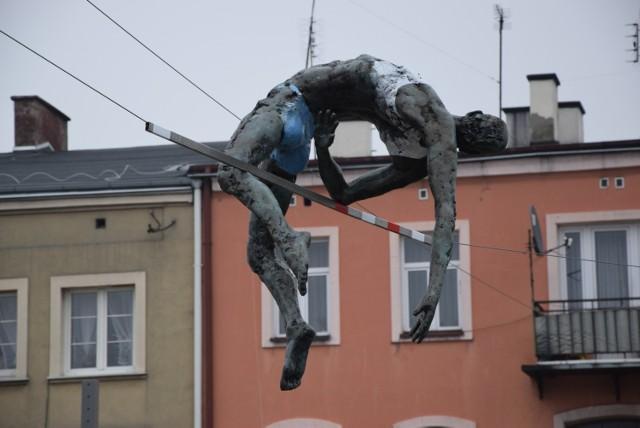 Rzeźby Jerzego Kędziory zawisły już nad Starym Rynkiem