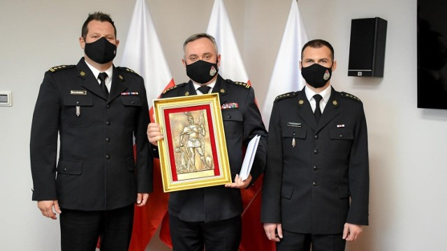 Marcin Błoński (w środku) został komendantem grójeckiej straży pożarnej.